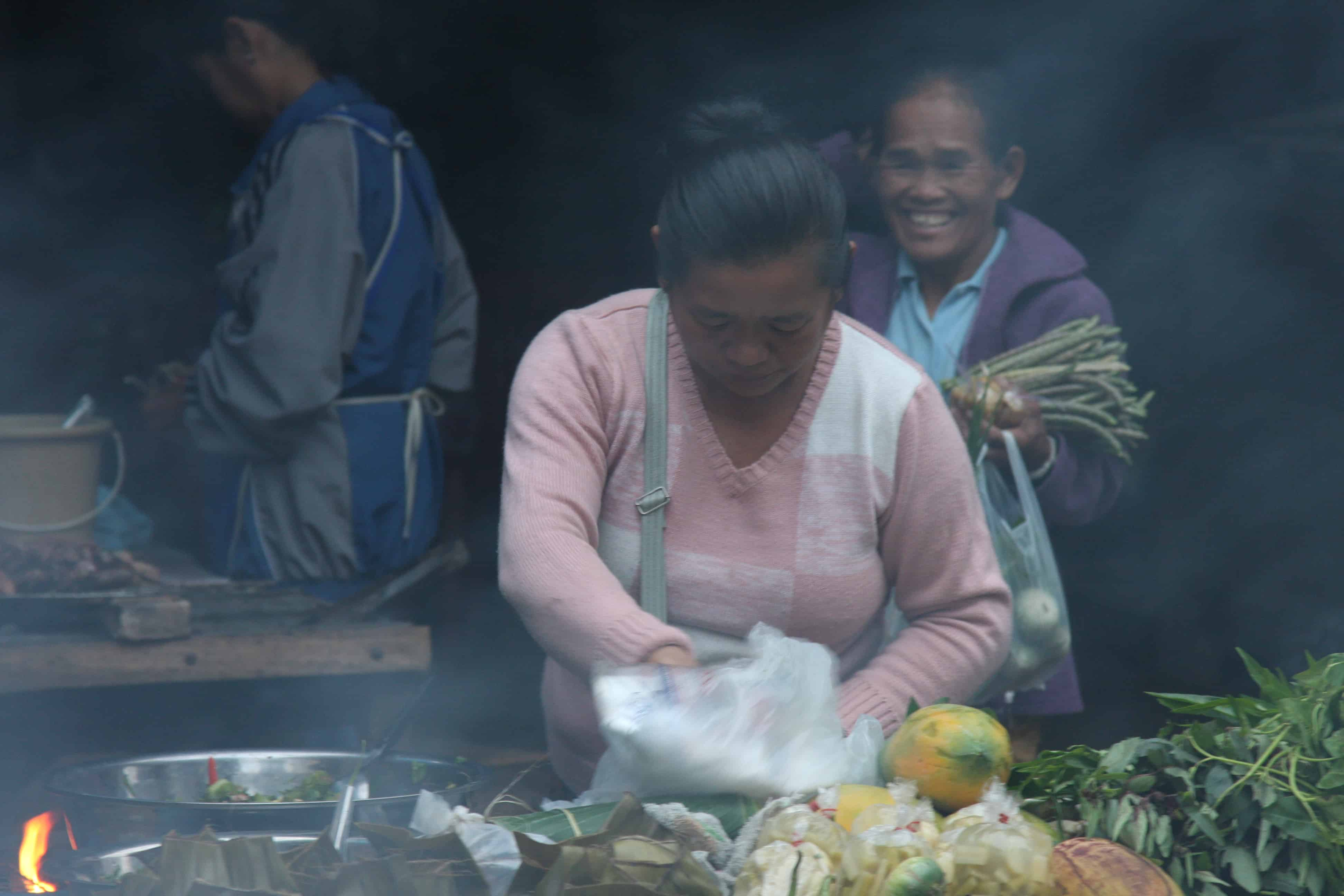 Büffelhaut frittiert und andere Delikatessen – Am Morgenmarkt in Laos