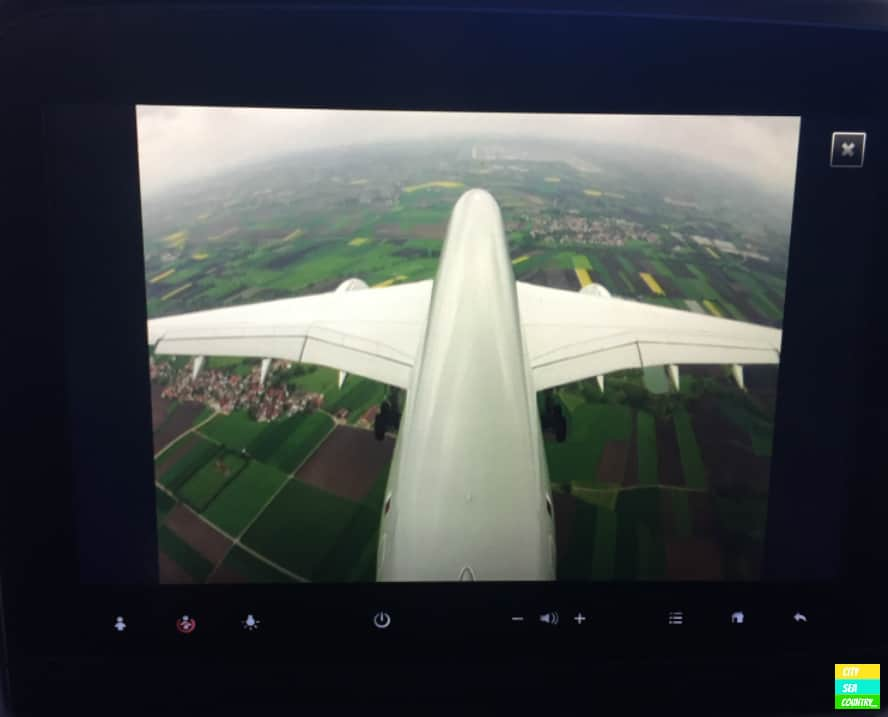 Landeanflug auf München. Diesen kann ich mit Hilfe der Außenbordkamera auf meinem Bildschirm beobachten.